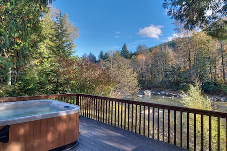 WHITE WATER RETREAT - River, hot tub! - House