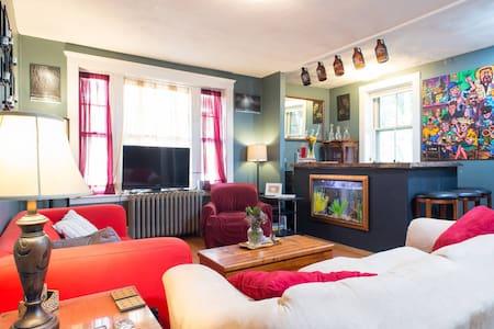2 BEDS W/FUN, ARTSY ROCKSTAR HOSTS - Cambridge