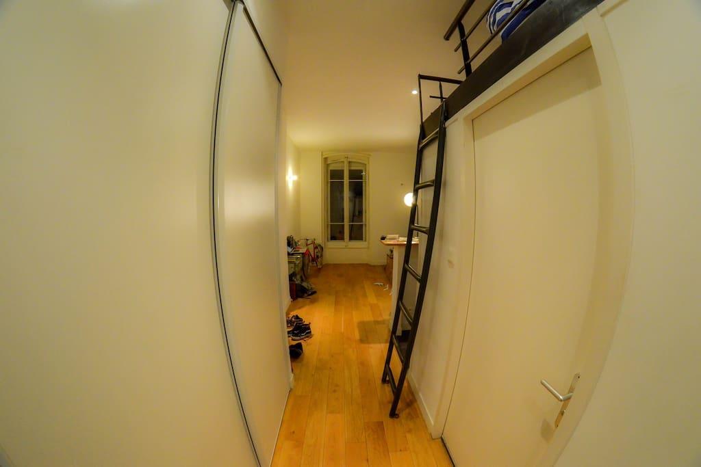 Entrée avec accès à la mezzanine et salle de bain !