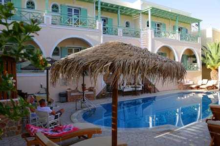 Traditional room with romantic pool view! - Kamari - Bed & Breakfast