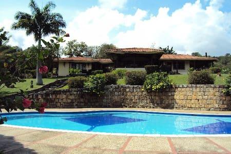 Espectacular Villa estilo Colonial - Villeta - Villa