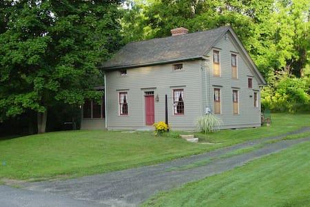Restored 1886  Eyebrow Colonial  ~~ - Stockbridge - Dům
