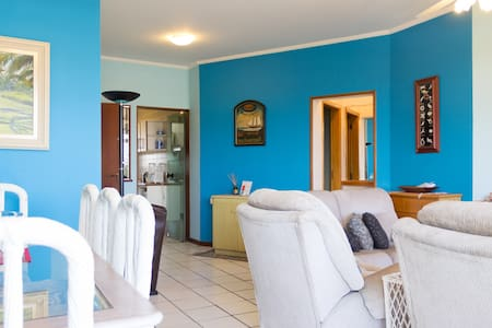 Apartment on the eighth floor of the building very close to the beach with beach service, pool, sauna, barbecue, etc..  To reach the beach we take a beautiful sandy path between a well manicured lawn. Great chance for family leisure.