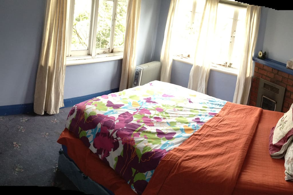 Private Lockable Room with King Bed - Mt Wellington View