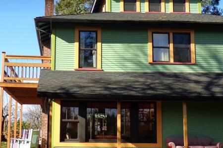 Diane's urban farm retreat, Jem's - House