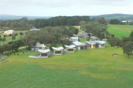 Lush Pastures Yankee Lodge BnB plus - Bed & Breakfast