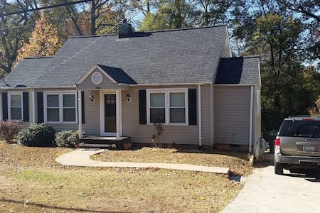 Quiet home close to everything - Greenville - House