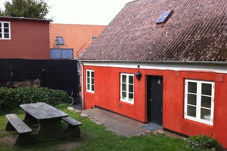 Stort sommerhus midt i Gudhjem by Bornholm - Cabane
