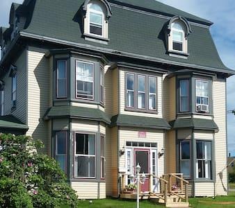 Historic Seven Bedroom Inn by the ocean. - Souris - House