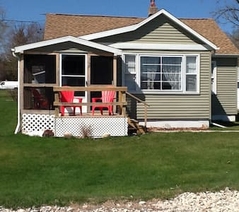 Cute Cottage with Lake View - Edgerton - Casa