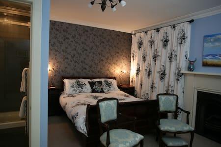 Kingsize bedroom with en-suite - 民宿