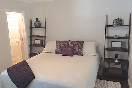 Five-Star Private Room & Bath w/ Breakfast - Canoga Park  - House