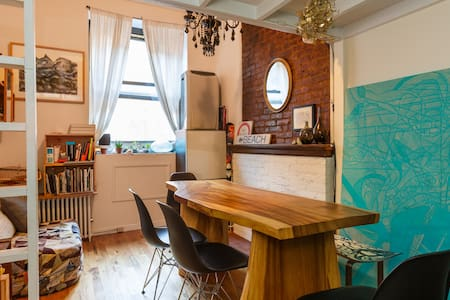 Cute studio apartment located in the heart of East Village full of charm. Prime location, 5min walk to Union Sq (456LNRQ). Situated on one of the most charming tree-lined blocks. Lots to discover—great restaurants, bars, cafés & boutiques nearby!