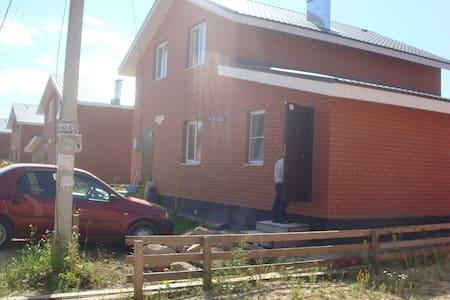 Русский дом в современном коттеджном посёлке - Hus