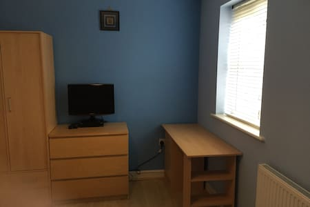 Homely, quiet single bedroom. - Radcliffe - Hus