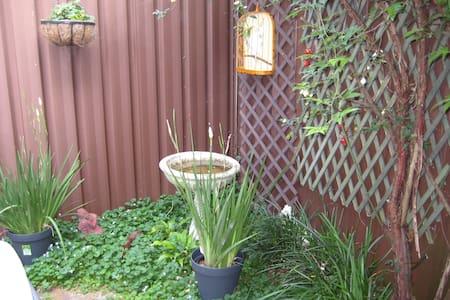 Quiet, leafy courtyard garden near Macquarie Park - Maison de ville