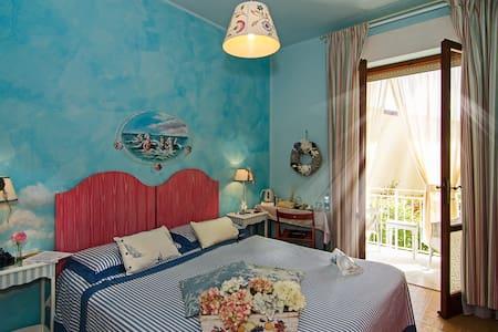 cool room with balcony in B&B in Forte dei Marmi - Capanne-Prato-Cinquale - Bed & Breakfast