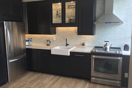Newly renovated, awesome location and pool. - Vancouver - Apartment