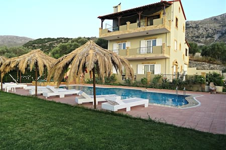Charming Mountain Villa with Swimming Pool - Opsigias