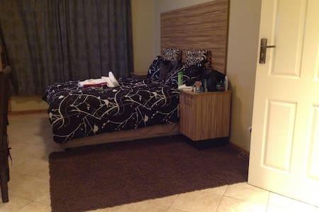 Ensuite bedroom 15mins drive to CBD/Wifi $50/night - Dom