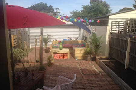 Sunny room in beautiful Northcote home - House