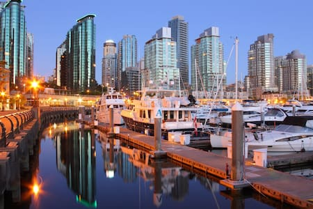 HIGH LIFE VIEWS IN YALETOWN'S YACHT DISTRICT! - Apartment
