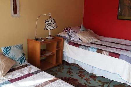 Cómoda habitación, 2 camas single. - Casa