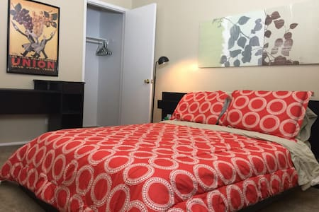 Cozy Room w/ Reserved Parking  just for you!! - Townhouse