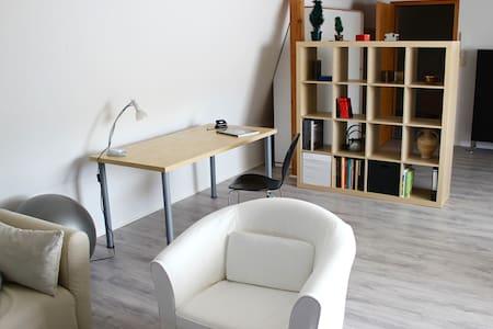 Ruhiges, zentrales Dachgeschoß-Apartement - Oldenburg - Appartamento