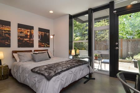 Private Suite in Modern Townhome close to Downtown - House