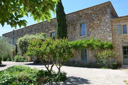 gîte dans partie de Mas Provençal - Hus