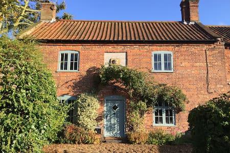Idyllic 18th century church cottage - House