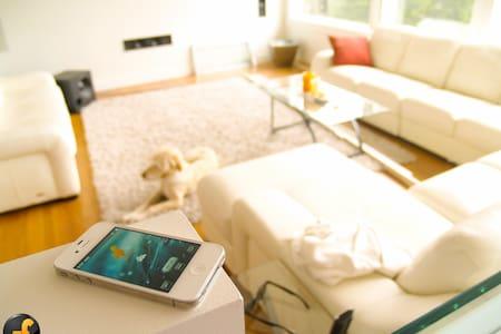 Stay in a luxury high-tech home. - West Kelowna - Bed & Breakfast
