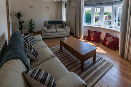 Family friendly, warm, cosy home near the sea - House