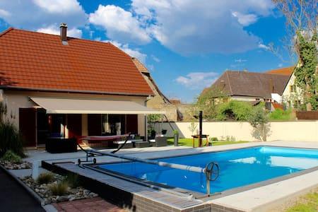 Appartements maisons et villas avec piscine colmar airbnb for Piscine rouffach