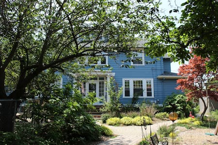 Guest Cottage on Urban Jewel of a City Property - Providence - Bungalow