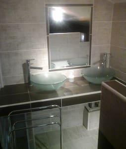 Jolie Suite en mezzanine 5mn centre ville d'Alès - House