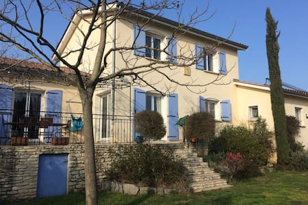 Chambres dans maison centre village - House
