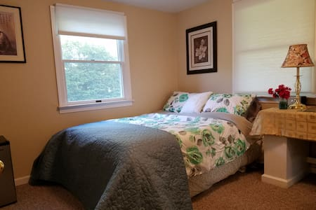 Private room in quiet suburban area w/private bath - East Northport - Hus