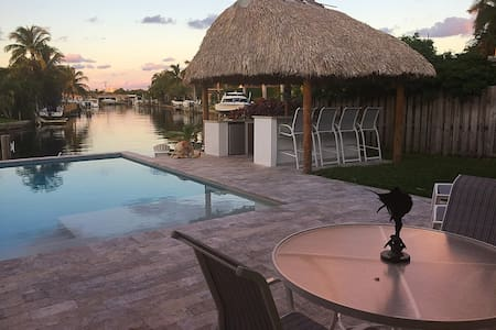 PARADISE! WATERFRONT VIEW + WALK TO THE BEACH! - Fort Lauderdale