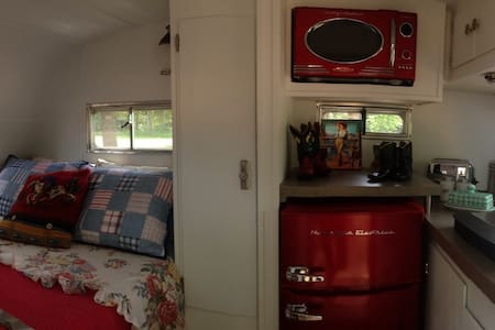 Glamping in Vintage  1968 Scotty! - Cabot - Bed & Breakfast
