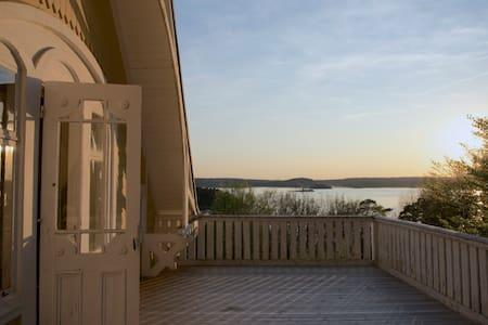 Sekelskiftesvilla med egen strand och brygga - Huis