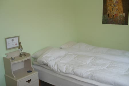 Quiet guest room close to the center and beach. - Ystad - Apartamento