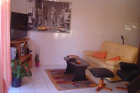 Chambre  avec balcon dans villa securisée - Hus