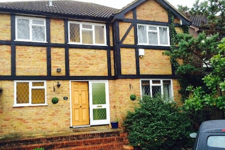 Double bedroom in friendly west London home - Isleworth - Casa