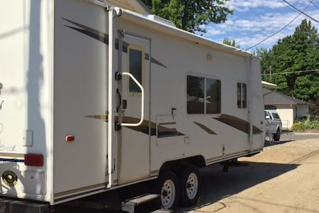 Comfy & clean - great close-in location - Emmett - Camper/RV