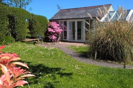 Cosy, romantic garden studio - Moyle
