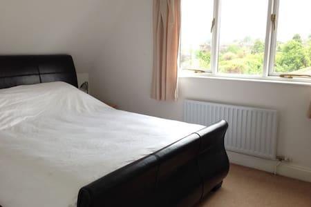 Double Room in Spacious Home near Cambridge - Hauxton