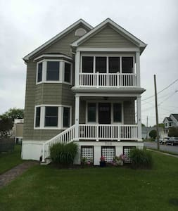Great 2 Bedroom + 2nd floor in CM; close to beach! - House