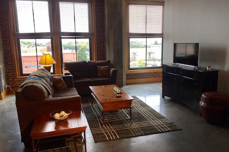 Amazing Downtown Loft – Cozy, Clean & Convenient - Byt